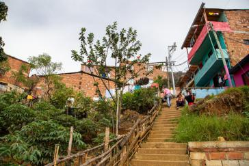 Die Menschen in den Armenvierteln Lateinamerikas ‒ hier in der Zona Nororiental de Medellín ‒ haben kaum Zugang zur Gesundheitsversorgung und verliren durch die Quarantäne oftmals ihr einzige Möglichkeit, Geld zu verdienen