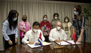 Chinas Botschafter Chen Xi, und Kubas Minister für Außenhandel und Auslandsinvestitionen, Rodrigo Malmiercay, unterzeichneten die neuen Abkommen