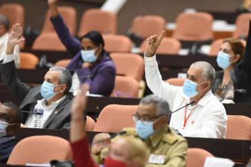 Parlamentssitzung in Kuba unter Corona-Bedingungen
