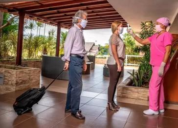 Klinisches Personal ist in den Hotels präsent. Obligatorisch: Das Messen der Temperatur von Angestellten und Urlaubern