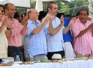 Abinader (2.v.r.) mit Parteifreunden in der Dominikanischen Republik