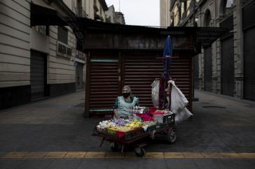 Straßenhändlerin Doña Crescencia (71) in Mexiko-Stadt. Aufgrund der Ausgangsbeschränkungen hat sie an diesem Tag nur zwei Zigaretten verkauft