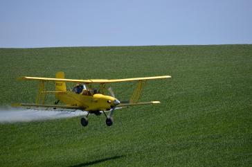 Auf großen Latifundien werden mit Flugzeugen großflächig Pestizide versprüht