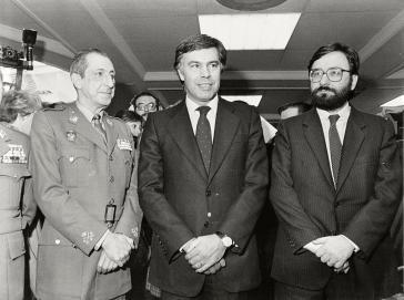 Sozialdemokrat González (Mitte) mit Verteidigungsminister Narcís Serra (rechts) und Generalstabschef Álvaro Lacalle Leloup im Dezember 1982. Heute widmet er sich den Putschversuchen in Venezuela