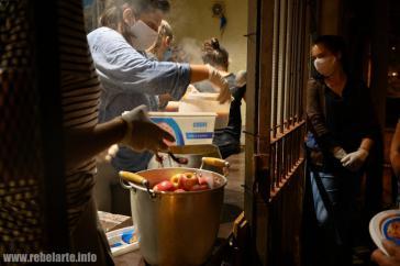 """""""Solo el pueblo ayuda al pueblo"""": Aktivisten und Anwohner organisieren in vielen Ländern Lateinamerikas Suppenküchen, wie hier in Uruguay"""