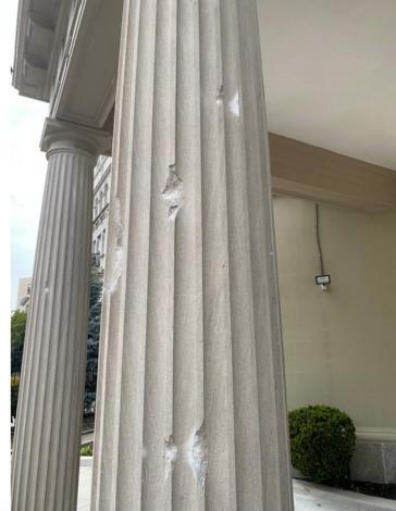 Einschusslöcher am Hauptportal der Botschaft von Kuba in den USA
