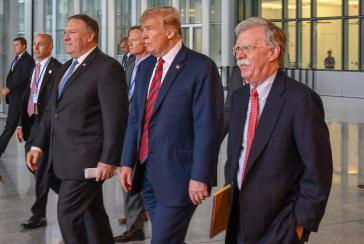 John Bolton (ganz rechts) mit Präsident Trump und Außenminister Pompeo beim Nato-Treffen in Brüssel am 12. Juli 2018
