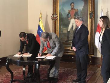 Der Präsident des IFRC, Francesco Rocca, unterzeichnet gemeinsam mit dem venezolanischen Außenminister, Jorge Arreaza, das neue Abkommen