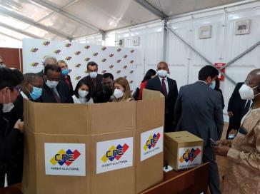 Internationale Wahlbeobachter bei der Einführung in den Wahlvorgang