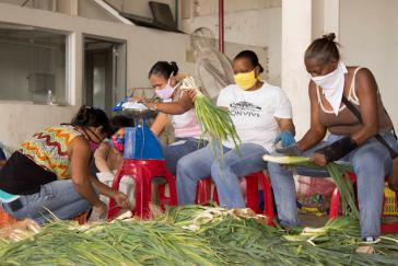 Kommunardinnen in Altos de Lidice organisieren die Versorgung der Bewohner mit Gemüse