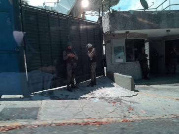 Soldaten bewachen den Eingang der Hauptgeschäftsstelle von DirevTV im Einkaufszentruml Paseo Las Mercedes