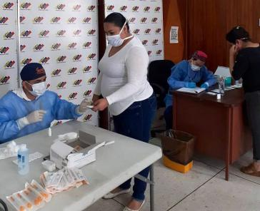 Die Wähler aktualisieren ihre Daten in den örtlichen Wahlbüros, die strenge Hygienevorschriften anwenden