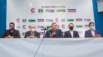 """Vertreter der Parteien Demokratische Aktion, Hoffnung auf den Wandel, Cambiemos, Progessiver Fortschritt und Copei gaben die Gründung des Wahlbündnisses """"Demokratische Allianz"""" bekannt"""