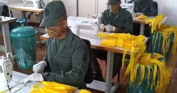 Eine Textilfabrik der Streitkräfte stellt Mundschutzmasken und weitere Textilien für die Verwendung in Krankenhäusern her