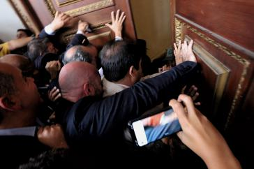Mit Gewalt ins Parlament von Venezuela: Juan Guaidó und Anhänger am Dienstag