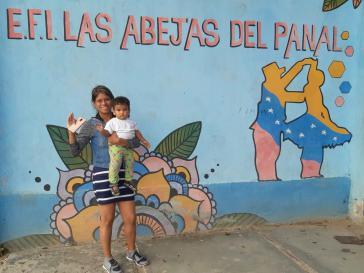 Die Aktivistin des Colectivo Fuerza Alexis Vive, Ana Marín mit ihrem Kind