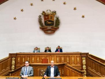 Das neu gewählte Präsidium des Parlaments: hinten in der Mitte Parlamentspräsident Luis Parra (PJ), mit den Vizepräsidenten Franklin Duarte (Copei, li), Jose Gregorio Noriega (VP, re), vorne deren Stellvertreter Negal Morales (AD, li), Alexis Vivenes (VP, re)