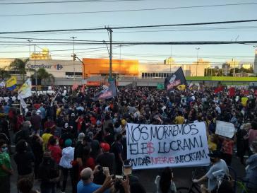 """Demonstration vor Carrefour: """"Wir sterben, sie machen Profit. Schwarze Leben zählen"""""""