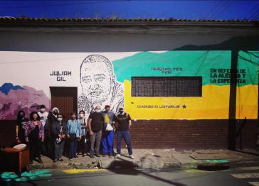 Graffiti mit dem Konterfei von Julián Gil, gemalt von Familie, Freunden und Sympatisanten, bringt sein Gesicht wieder zurück in die Straßen Bosas in Bogotá, Kolumbien