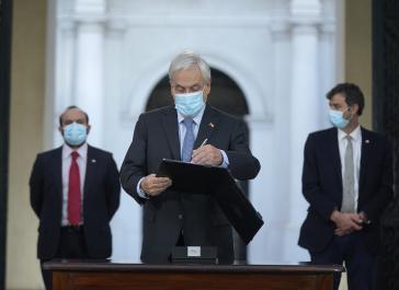 Piñera unterschreibt Gesetzestext