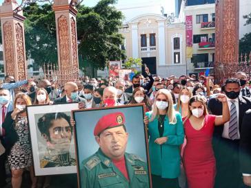 Viele der neu gewählten Abgeordneten versammelten sich vor der Eröffnungssitzung mit Bildern von Simón Bolívar und Hugo Chávez vor dem Parlamentsgebäude
