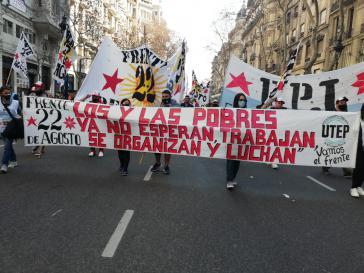 """Transparent bei der Demonstration: """"Die Armen warten nicht mehr, sie arbeiten, organisieren sich und kämpfen"""""""
