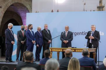 Präsident Fernández (rechts) bei der Vereidigung der neuen Minister am Montag. Links neben ihm der neue Kabinettschef Juan Manzur