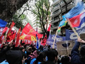 Nicht nur soziale Bewegungen in Lateinamerika (hier in Buenos Aires vor der kubanischen Botschaft) solidarisieren sich mit Kubas Bevölkerung und Regierung, sondern auch führende Politiker und Politikerinnen