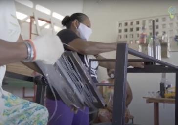 Frauen in Recife bei der Arbeit und der Herstellung von Besen aus alten Plastikflaschen