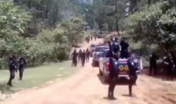 Die Polizei setzte Schusswaffen gegen die widerständige Bevölkerung ein (Screenshot)