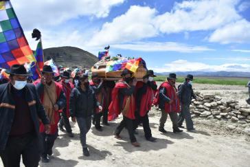 """""""Ponchos Rojos"""" trugen den Sarg zum Friedhof Alljata Grande in Achacachi"""