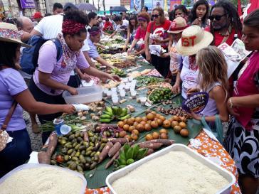 Jaqueline Felipe dos Santos an einem Tisch mit lokalen Produkten aus Pará