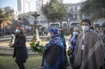 Delegierte Mapuche für den Verfassungskonvent. In der Mitte Francisca Linconao, rechts hinten die Präsidentin des Konvents, Elisa Lincón