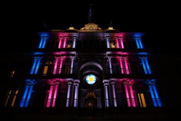 """Präsidentenpalast """"Casa Rosada"""" erscheint in den Farben der Transgender-Pride-Flagge"""