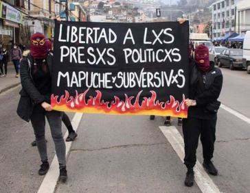 Verschiedene Gruppen und Einzelpersonen gingen für die Freiheit der Gefangenen auf die Straße, wie hier in Valparaíso