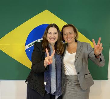Die Abgeordnete Bia Kicis (PSL) aus dem Bolsonaro-Lager und die AfD-Politikerin Beatrix von Storch (rechts)