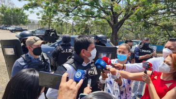 Der Direktor der SNAI, Bolívar Garzón, im Gespräch mit Medien
