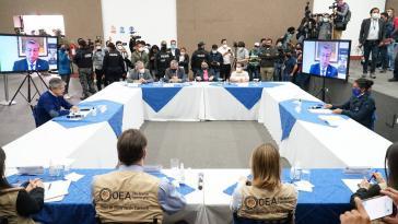 Die Verlierer der ersten Wahlrunde, Pérez (rechts) und Lasso (ihm gegenüber), beim Treffen mit OAS und CNE-Vertretern am 12. Februar
