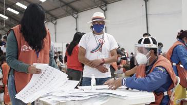 Bei der Überprüfung der Wahlakten beim CNE sind Vertreter der Parteien der drei führenden Präsidentschaftsanwärter anwesend