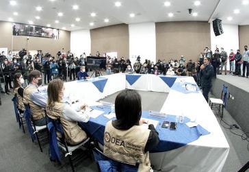 Sind sich einig geworden über eine Neuauszählung: Pérez (rechts, stehend), Lasso (ihm gegenüber mit Maske), Vertreter der Wahlbehörde und der OAS