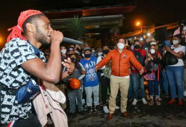 Hip Hop bei einer Wahlkampfveranstaltung von Arauz (orangefarbene Jacke) mit jungen Leuten am 1. April im Stadtteil Chillogallo von Quito