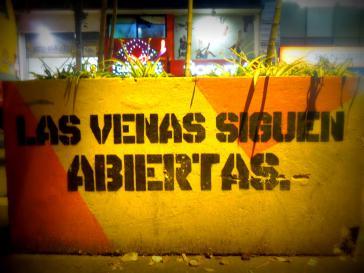 """""""Die Adern bleiben offen"""" (Stencil in Bogotá, Kolumbien, 2013)"""