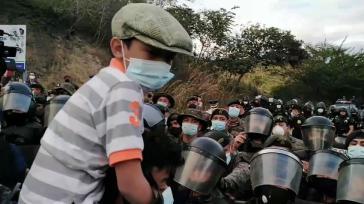Ein massives Polizeiaufgebot versuchte erfolglos, die Karawane an der Grenzstation El Florido zu stoppen(Screenshot)