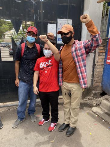 Die ehemaligen politischen Gefangenen (v.l.n.r.) Raúl Alvarez, Rommel Herrera und Edwin Espinal nach der Freilassung Herreras am 5. Juni