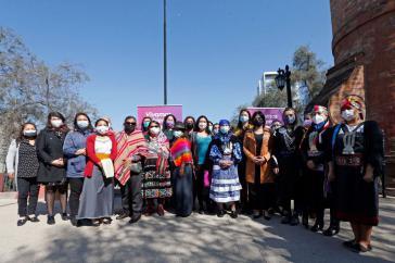 """Mit der Machi Linconao wurde in Chile der """"Internationale Tag der indigenen Frau"""" begangen. Auch die Bürgermeisterin von Santiago, Irací Hassler Jacob, war anwesend"""