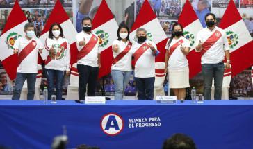 Keiko Fujimori zusammen mit dem Multimillionär und Rechtspolitiker César Acuña (Bildmitte)