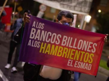 """""""Den Banken Milliarden, den Hungernden die Esmad"""". Die Sondereinheit zur Aufstandsbekämpfung Esmad ist bekannt für extreme Gewalteinsätze gegen Protestierende"""