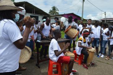 Empfang der Karawane mit Arullos, den traditionellen Liedern der Afro-Gemeinden, und Musik