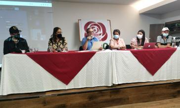 Parteichef Rodrigo Londoño (am Mikrophon) bei der Pressekonferenz am Sonntag