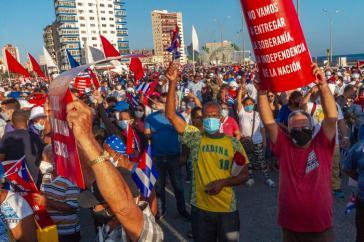"""""""Wir werden die Souveränität, die Unabhängigkeit der Nation nicht aufgeben"""": Eine von vielen Großdemonstrationen für die kubanische Revolution am 17. Juli 2021, hier in Havanna"""